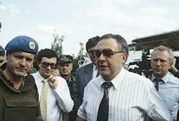 Визит министра иностранных дел России Андрея Козырева в Югославию. Военный аэродром