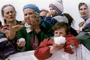 Мусульманские женщины во время эвакуации из осажденной Сребреницы, март 1993 года
