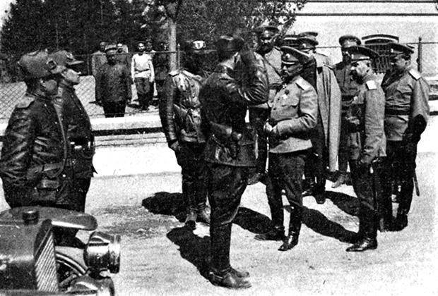 1915 год. Командующий 8-й армией Юго-Западного фронта генерал-адъютант А.А. Брусилов осматривает пулеметный взвод