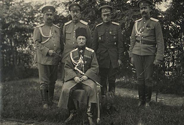 Генерал от кавалерии А.А. Брусилов среди офицеров штаба 8-й армии