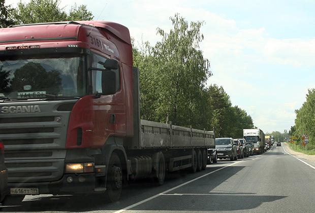 Пикового же аншлага движение достигает в выходные и праздничные дни, когда грузовиков меньше, зато очень много легкового автотранспорта