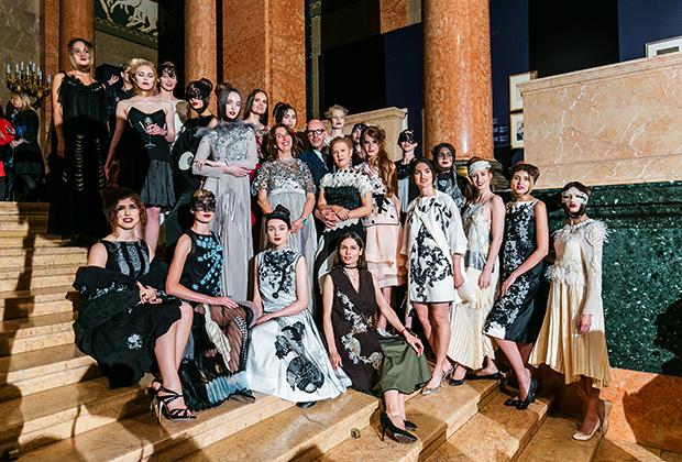 Антонио Маррас с моделями в его платьях из капсульной коллекции, посвященной выставке Бакста.