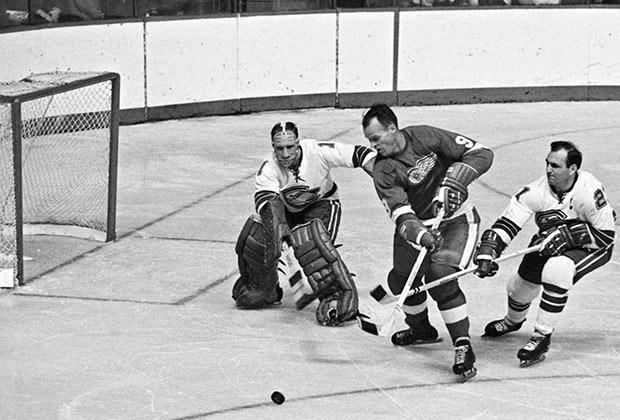 Горди Хоу в 1967 году (в центре)