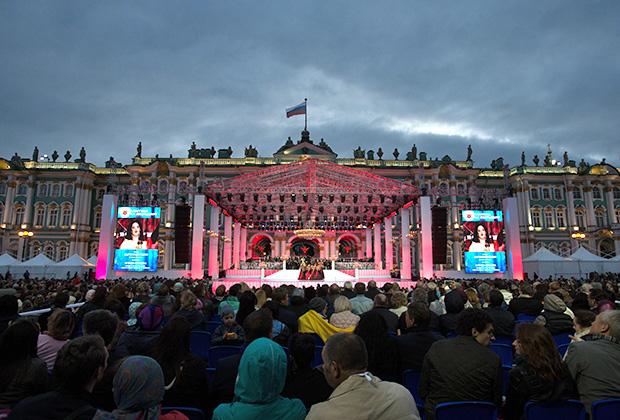 Солистка оперной труппы Большого театра России Агунда Кулаева (меццо-сопрано) на гала-концерте «Классика на Дворцовой» в Санкт-Петербурге