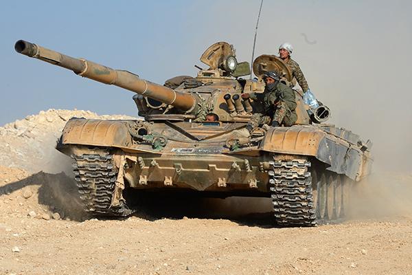 """Танк Т-72 отряда ополчения """"Фатимиюн"""" на переднем крае в горах в 10 км от Пальмиры"""