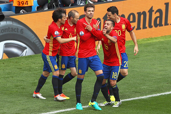 Gerard Pique (C) of Spain celebrates scoring his team's first goal with his team mates during the UEFA EURO 2016 Group D match between Spain and Czech Republic at Stadium Municipal on June 13, 2016 in Toulouse, France. (Photo by Dean Mouhtaropoulos/Getty Images)