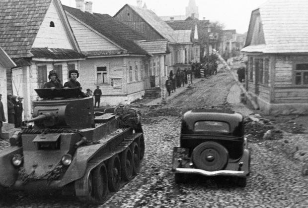 Советский танк едет по улицам города Ракова. Польша, 1939 год
