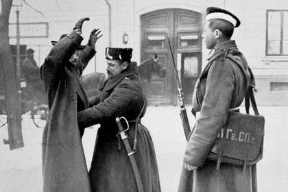 Варшава, прохожего обыскивает российская полиция, 1906 год