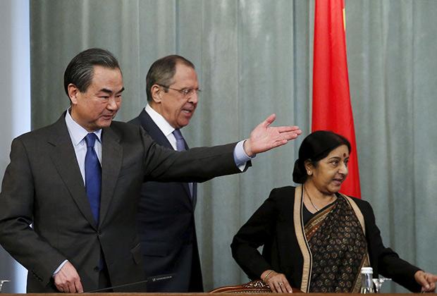 Министр иностранных дел КНР Ван И, министр иностранных дел Индии Сушма Сварадж и министр иностранных дел России Сергей Лавров на международной встрече Россия — Индия — Китай. 18 апреля 2016 года