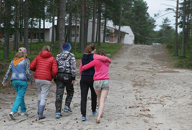 19 июня. Дети возвращаются в «Парк-отель Сямозеро» после трагедии на озере. В настоящее время лагерь закрыт, подростков из него вывезли