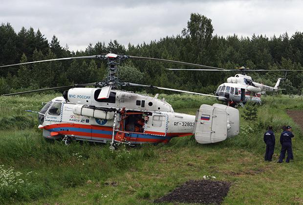 Вертолеты МЧС во время поисково-спасательной операции на берегу Сямозера в деревне Кудама Пряжинского района