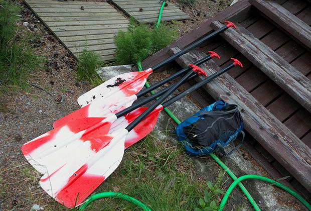 Весла, найденные в ходе поисково-спасательной операции в районе Сямозера в Карелии, где во время шторма погибли дети