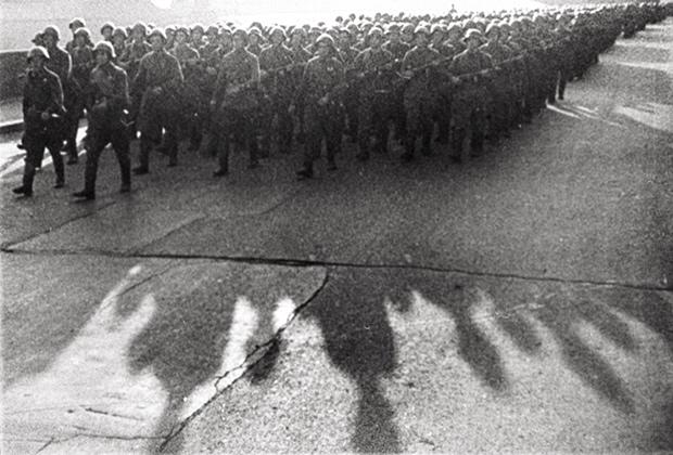 Солдаты строем проходят по набережной Москвы-реки в Москве