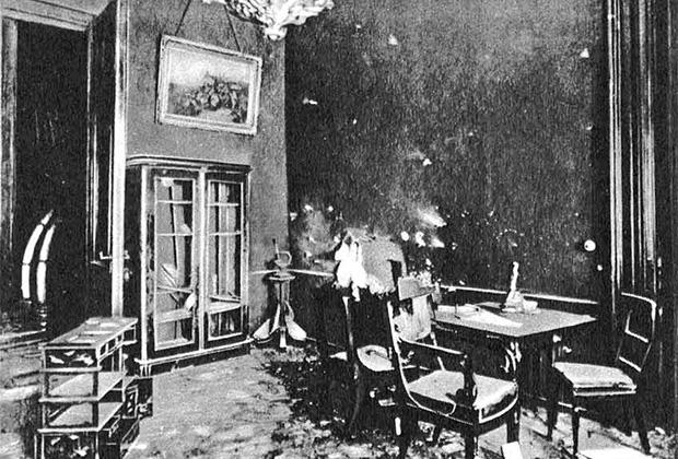 Приемная Александра III, куда попал один из снарядов, выпущенных по дворцу из Петропавловской крепости