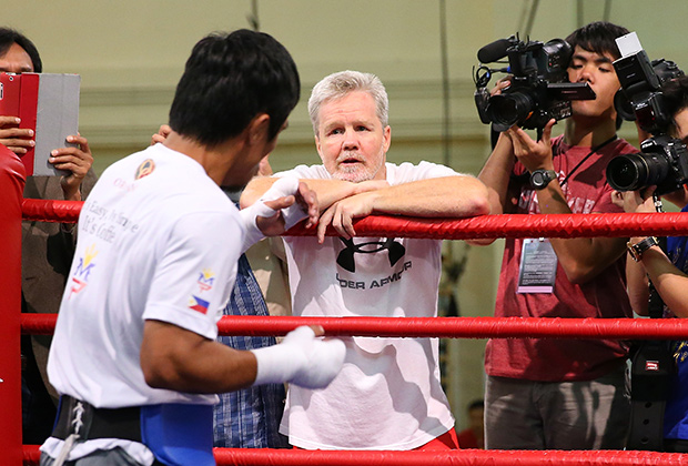 Manny Pacquiao talks with trainer Freddie Roach