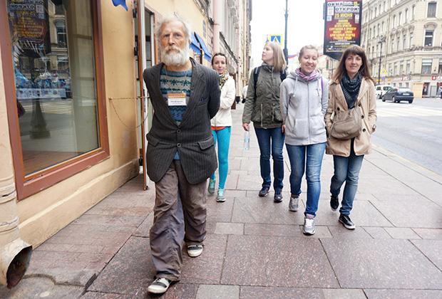 Сейчас Раснер водит три экскурсии в день исключительно по Невскому проспекту