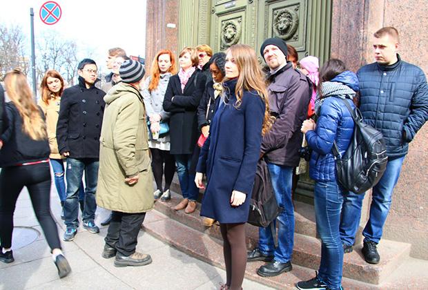 Во время экскурсий Вячеслав уделяет большое внимание деталям