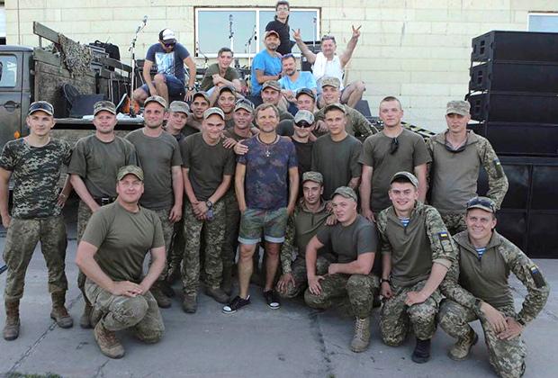 Рокер Олег Скрипка выступал для воюющих в Донбассе украинских солдат