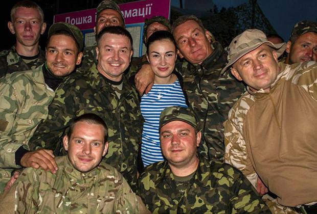 Певица Анастасия Приходько с поклонниками — военнослужащими ВСУ