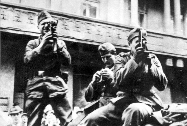 Немецкие солдаты снимают погром на камеру