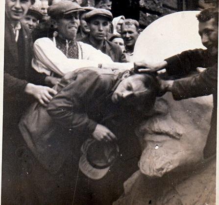 Украинцы бьют еврея головой о бюст Ленина