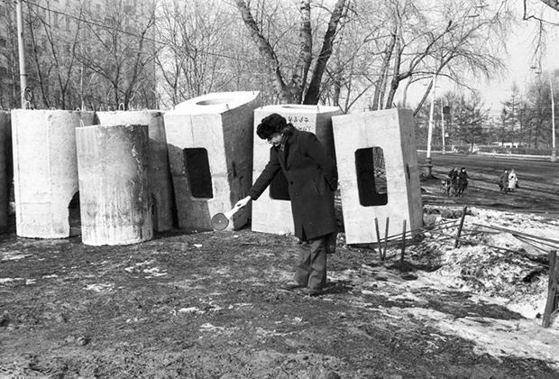 Лауреат премии «Инновация» Андрей Монастырский, из серии фотографий «Земляные работы», коллекция «Газпромбанка», съемка 1987 года, печать 2005 года