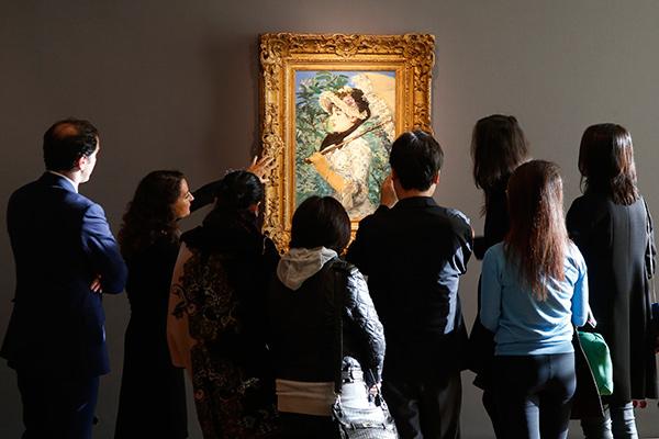 Гости аукциона Christie's осматривают картину Эдуарда Мане «Весна»