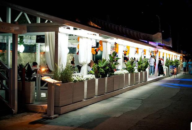 В ресторане «Ракушка Мидяйка» на Массандровском пляже умеют обращаться с мидиями