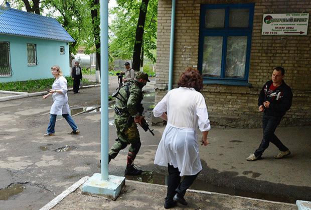 Раненный в ногу боец ополчения Донбасса на территории больницы
