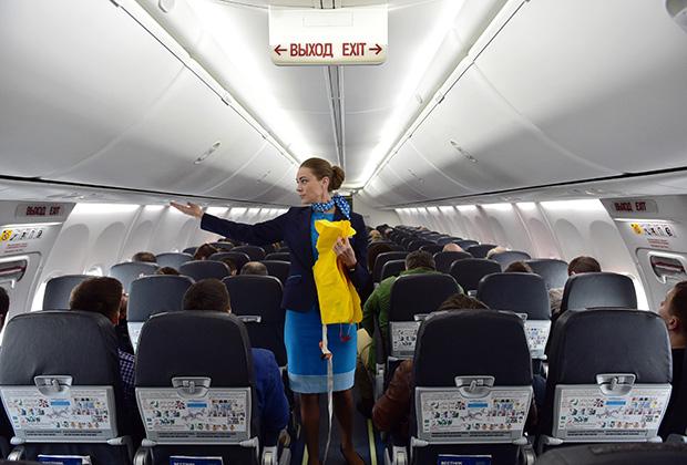 Стюардессы пристально следят за рассадкой пассажиров