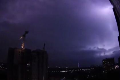 На Москву обрушилась гроза с сильным ветром и градом