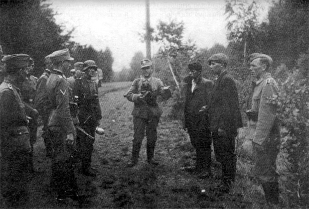 Бойцы дивизиии СС «Галичина» готовятся расстреливать польских партизан