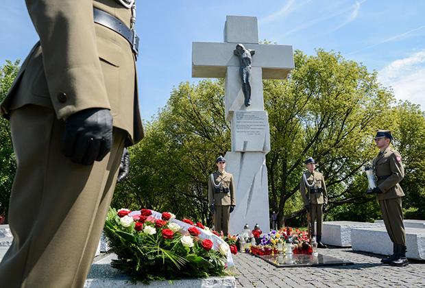 Возложение цветов под памятником жертвам Волынской резни в Варшаве