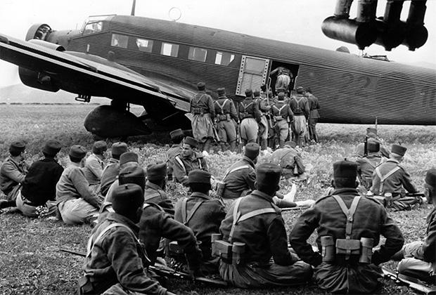 Марокканские части готовятся к переброске в Испанию на борту немецкого транспортника