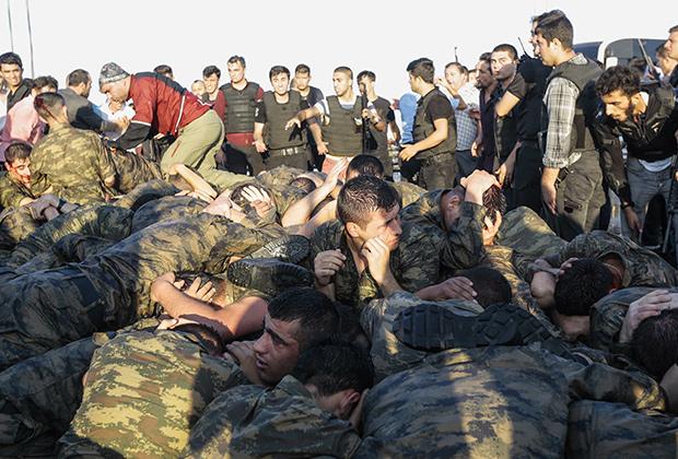 Участвовавшие в мятеже военные пытались захватить мост через Босфор. 16 июля 2016 года