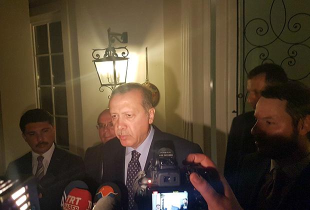Эрдоган делает заявление для прессы во время попытки переворота. 15 июля 2016 года