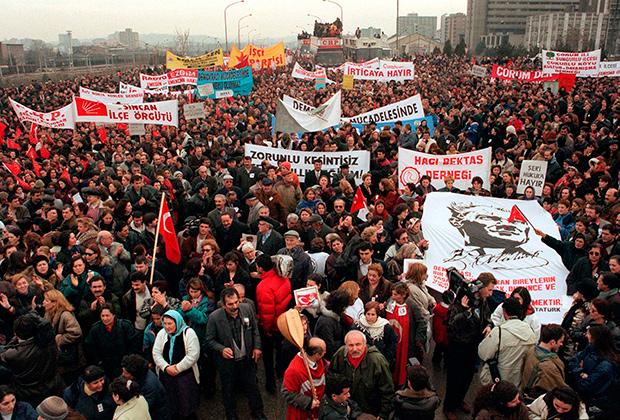 Акция противников политики премьера Эрбакана и его Партии благоденствия