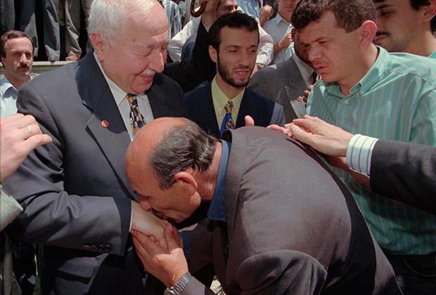 Неизвестный мужчина целует руку Эрбакану. 28 июня 1996