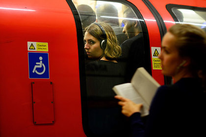 Commuters brave rush hour on the northern line on the London underground in London, Britain August 5, 2015. Londoners face major transport disruption from Wednesday evening as train drivers and staff on the underground rail network walk out for the second time in less than a month. Unions are angry over plans to introduce a new night service from September and weeks of talks with transport bosses have failed to clinch a deal over pay and conditions.  REUTERS/Dylan Martinez   - RTX1N6X4