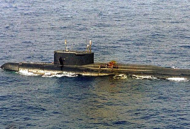 Аварийный атомоход К-219 в Атлантике, хорошо видна поврежденная ракетная шахта.