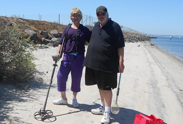 Хобби пенсионеров в Сан-Диего — поиск с металлоискателем предметов на местном пляже