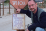 Игорь Ротарь на входе в индейскую резервацию. Надпись на плакате: «Незаконно проникающие нарушители будут застрелены. Выжившие будут застрелены еще раз».