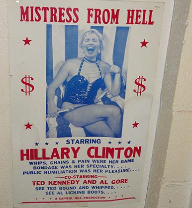 Надпись на плакате с Хиллари Клинтон в баре в Сан-Диего: «Госпожа ада. Связывание — ее специализация. Хлысты, цепи, боль — ее игра. Публичное унижение — ее удовольствие»
