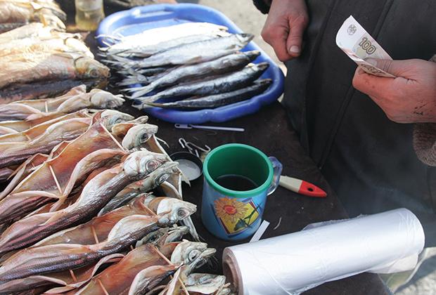 Торговля вяленым омулем на берегу Байкала в поселке Листвянка