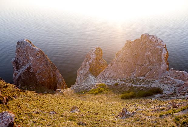 Мыс Саган-Хушун (в переводе с бурятского «Белый мыс») на Ольхоне и пролив Малое море