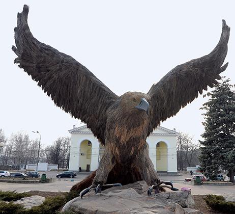 Скульптура орла у железнодорожного вокзала изготовлена из соломы на проволочном каркасе