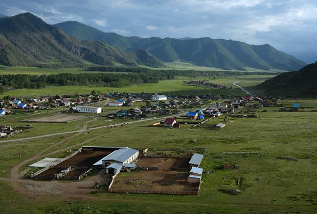 Вид на Бичикту Боом— одну из трех деревень Каракольской долины