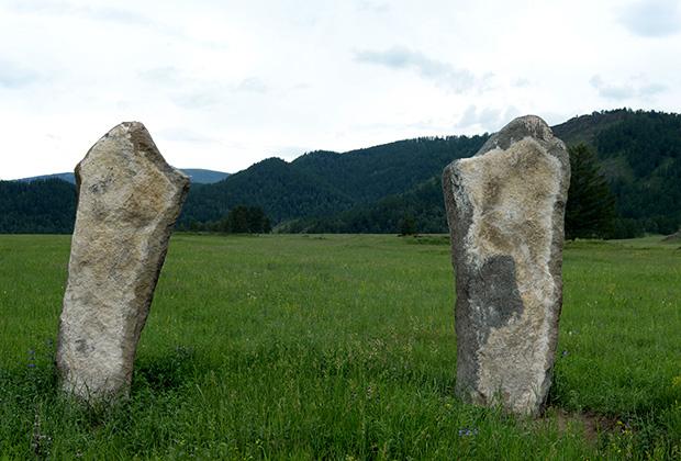 Возле курганов, по крайней мере, самых крупных обязательно находятся балбалы — каменные стелы до двух метров высотой