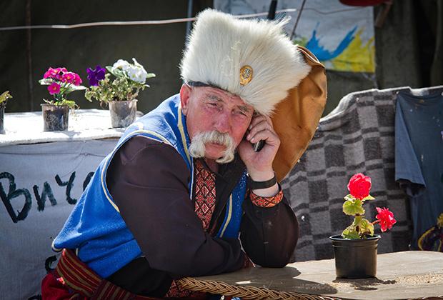 Украинец в костюме казака на Евромайдане. Киев, 2014 год