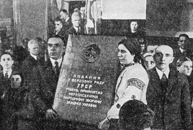 Депутаты Верховного Совета Западной Украины держат текст обращения о принятии Западной Украины в состав УССР, 1939 год